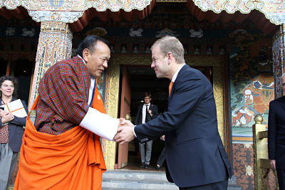 The Bhutanese Prime Minister shakes hands with the Norwegian minister of international development.