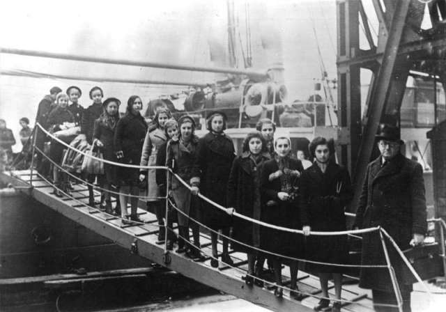 Children arrive to a port.